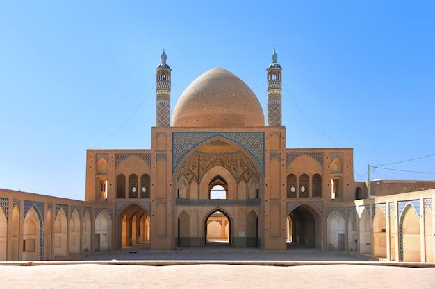 Słynny meczet-madrasa agha bozorg, arcydzieło architektury islamskiej w kaszanie.