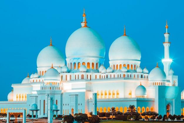 Słynny meczet szejka zayeda w abu zabi nocą, zjednoczone emiraty arabskie.