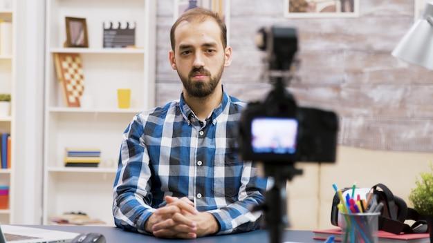 Słynny młody mężczyzna nagrywający vloga dla subskrybentów. influencerka wykorzystująca nowoczesną technologię do vlogowania.