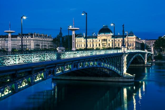 Słynny most i uniwersytet w lyonie nocą we francji