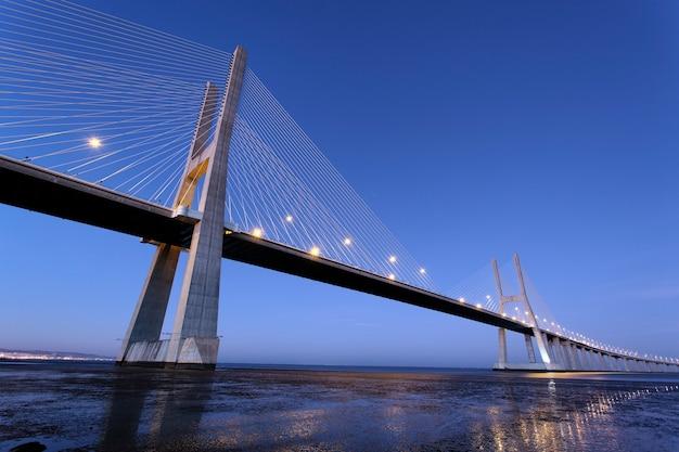 Słynny most vasco da gama w lizbonie nocą, portugalia