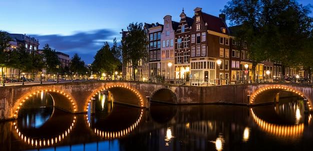 Słynny most w amsterdamie nocą