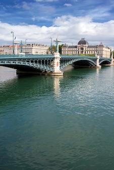 Słynny most w mieście lyon we francji, latem
