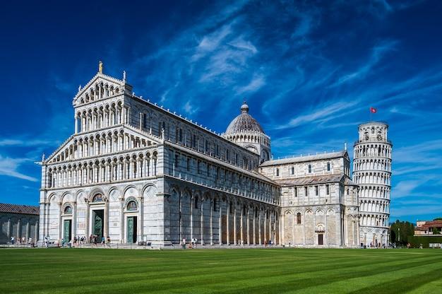 Słynny na całym świecie piazza dei miracoli w pizie, jeden z wpisanych na listę światowego dziedzictwa unesco