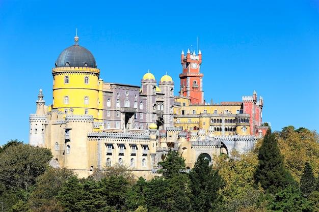 Słynny pałac narodowy pena w sintrze w portugalii