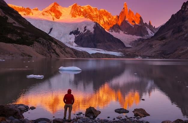 Słynny piękny szczyt cerro torre w górach patagonii, argentyna. piękne krajobrazy gór w ameryce południowej.
