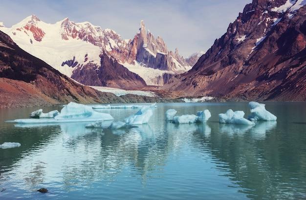 Słynny piękny szczyt cerro torre w górach patagonii, argentyna. piękne krajobrazy górskie w ameryce południowej.