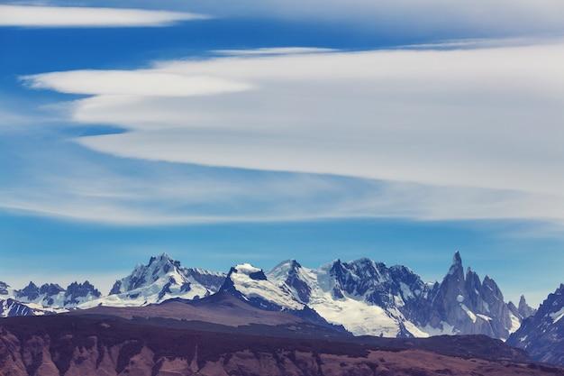 Słynny piękny szczyt cerro torre w górach patagonii w argentynie. piękne krajobrazy górskie w ameryce południowej.