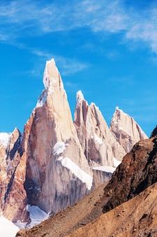Słynny piękny szczyt cerro torre w górach patagonii