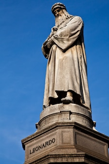 Słynny posąg leonarda da vinci w mediolanie (milano), piazza della scala
