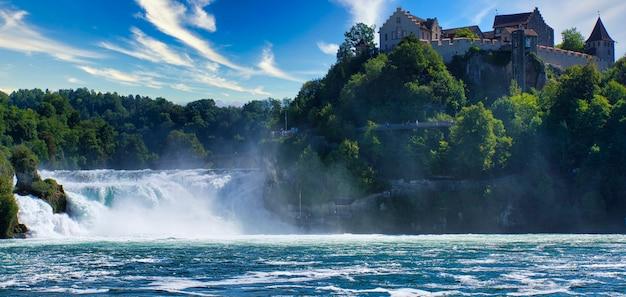 Słynny ren wypada w szwajcarii w pobliżu miasta schaffhausen - słoneczny dzień i błękitne niebo