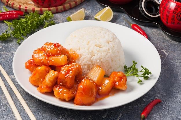 Słynny rumiany kurczak w sosie słodko-kwaśnym z ananasami