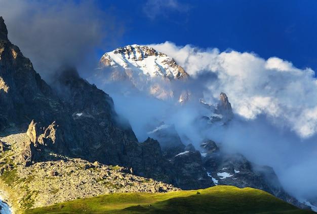 Słynny szczyt ushba, góry kaukazu. swanetia