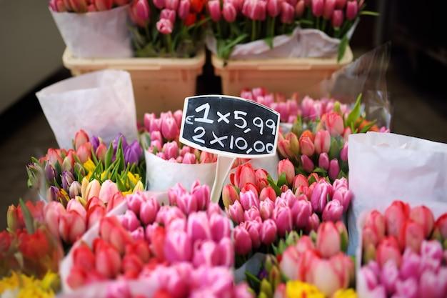 Słynny targ kwiatowy w amsterdamie (bloemenmarkt)