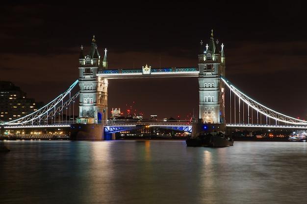 Słynny tower bridge w londynie oświetlony lampkami nocnymi