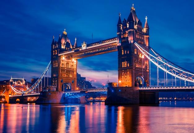 Słynny tower bridge wieczorem, londyn, anglia