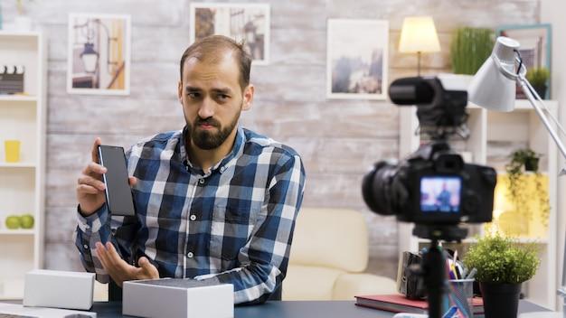 Słynny vloger filmujący rozpakowywanie telefonu. kreatywny influencer.