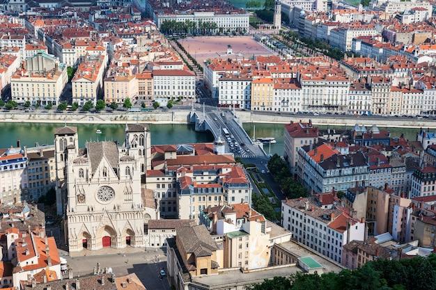 Słynny widok lyonu z katedrą we francji