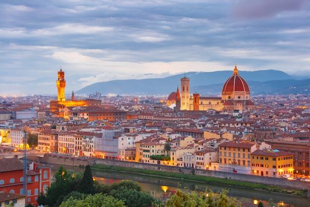 Słynny widok na florencję o zachodzie słońca, włochy