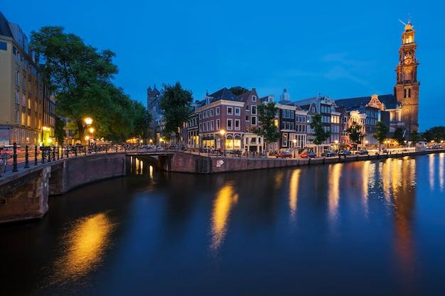 Słynny widok na kanał amsterdamski nocą. holandia