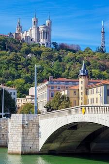 Słynny widok na lyon z rzeką saone, bazyliką i mostem