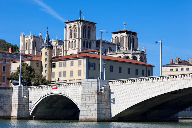 Słynny widok na lyon z rzeką saone, katedrą i mostem