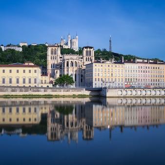 Słynny widok na rzekę saone, lyon, francja.