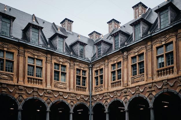 Słynny zabytkowy vieille bourse w lille we francji