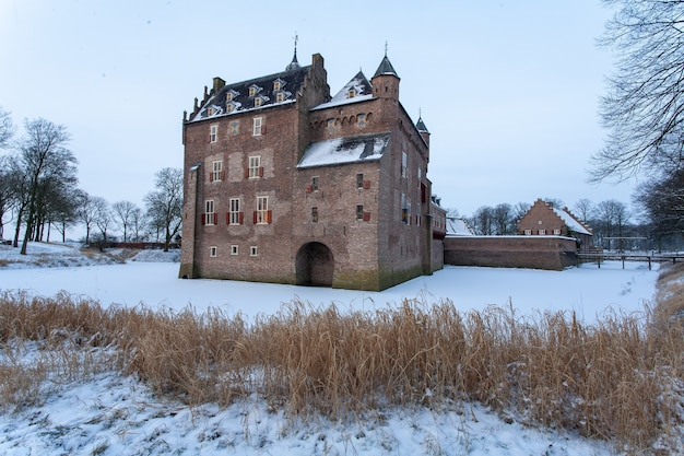 Słynny zabytkowy zamek doorwerth w heelsum w holandii w okresie zimowym