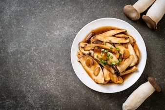 Smażony król ostrygowy w sosie ostrygowym