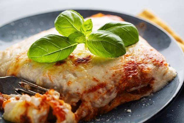 Smaczna apetyczna klasyczna lasagna na talerzu