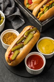 Smaczna aranżacja hot dogów
