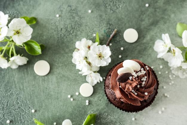Smaczna babeczka czekoladowa z wiosennymi kwiatami