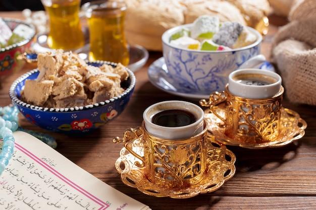 Smaczna chałwa z herbatą na stole