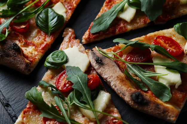 Smaczna domowa tradycyjna pizza, włoski przepis