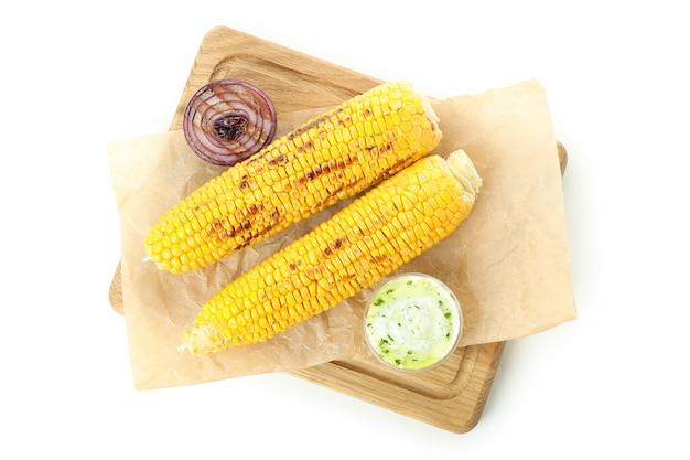 Smaczna grillowana kukurydza na białym tle