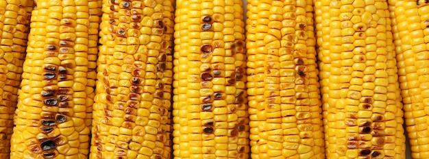 Smaczna grillowana kukurydza na całym tle, z bliska