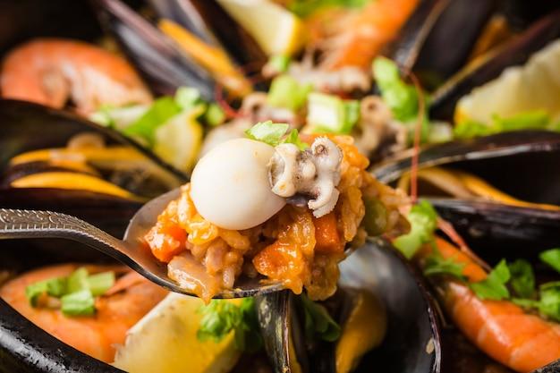 Smaczna hiszpańska paella z owocami morza.