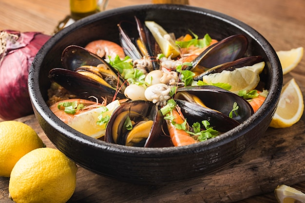 Smaczna hiszpańska paella z owocami morza