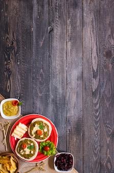 Smaczna i pyszna bruschetta z awokado, pomidorami, serem, ziołami, frytkami i alkoholem ,.
