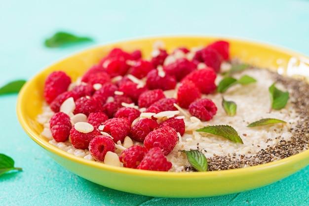 Smaczna i zdrowa owsianka z malinami i lnu chia. zdrowe śniadanie. jedzenie fitness. odpowiednie odżywianie