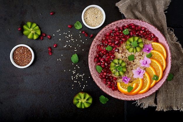 Smaczna i zdrowa owsianka z owocami, jagodami i nasionami lnu. zdrowe śniadanie. jedzenie fitness. odpowiednie odżywianie.