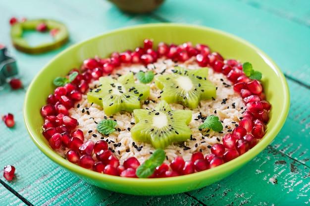 Smaczna i zdrowa owsianka z owocami, jagodami i nasionami lnu