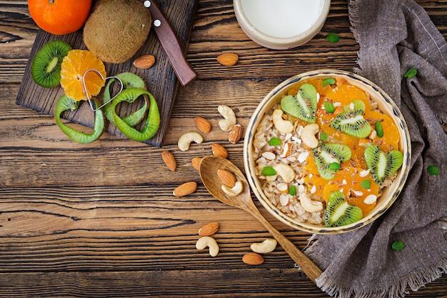 Smaczna i zdrowa owsianka z owocami, jagodami i orzechami. zdrowe śniadanie. jedzenie fitness. odpowiednie odżywianie. widok z góry