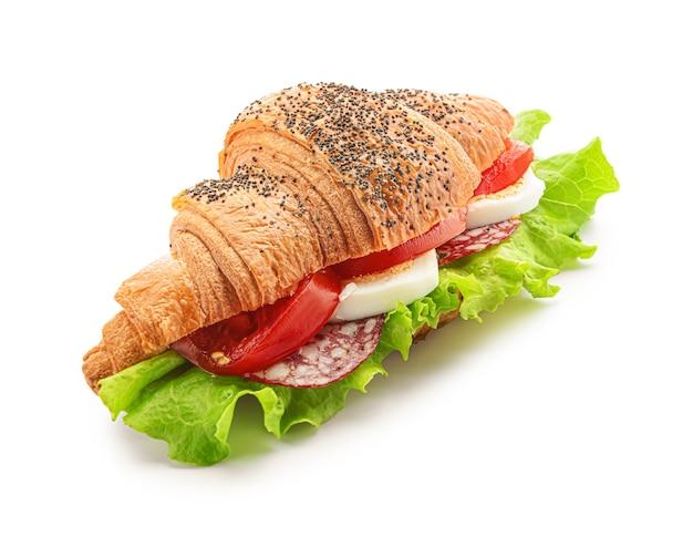 Smaczna kanapka z rogalikiem na białym tle