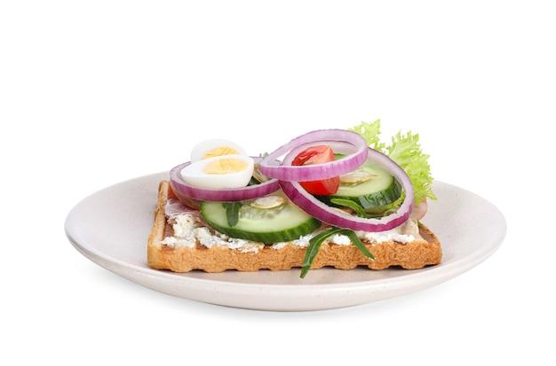 Smaczna kanapka z szynką i jajkami przepiórczymi na białym tle