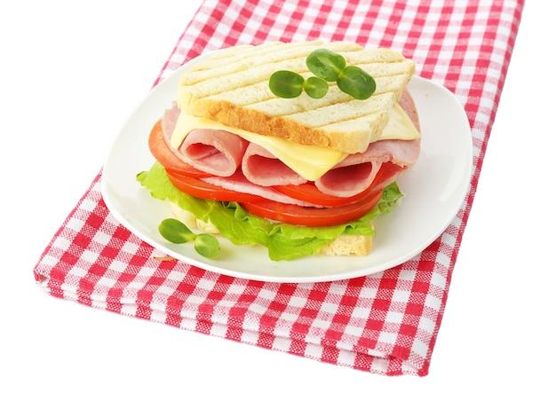 Smaczna kanapka z szynką na białym tle