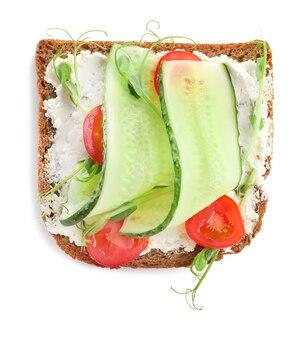 Smaczna kanapka ze świeżym ogórkiem na białym tle