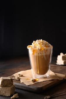 Smaczna kawa latte z chałwą w szklanym kubku