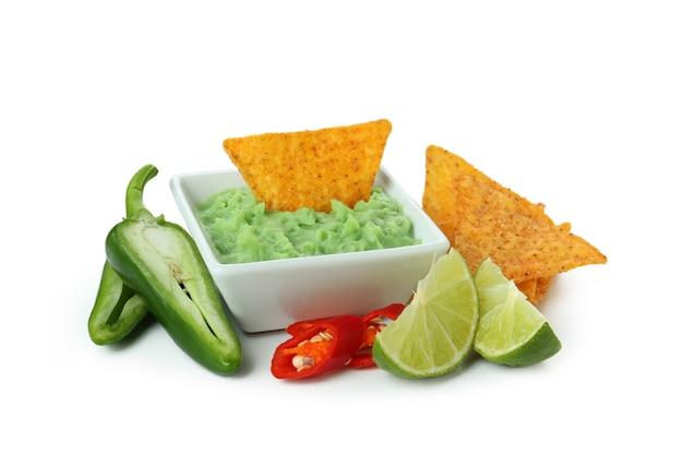 Smaczna koncepcja z frytkami i guacamole na białym tle